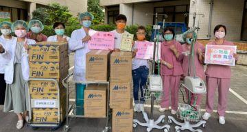 侯昌明、曾雅蘭捐2台「救命神器」!親送2400個N95口罩給前線醫護:盡綿薄之力