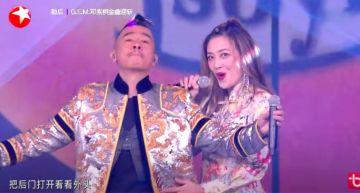 影 / 顧耍狠忘舉麥!應采兒、陳小春跨年晚會合唱《黃豆》被抓「對嘴」