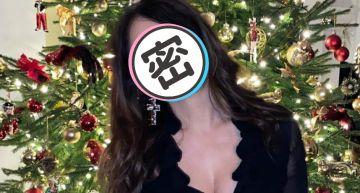 麥莉、派瑞絲都輸她!「美魔女」穿比基尼同框北極熊 火辣慶聖誕