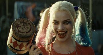 你沒看過的「小丑女」!瑪格羅比頂短髮現身片場 網驚:黑髮更正了!