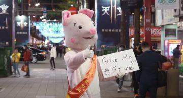 羅志祥扮「粉紅豬」突襲西門町!接連做公益 網諷:洗白ING?