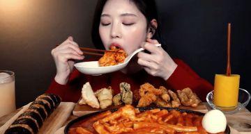 影/毛骨悚然!大胃王吃播「收音詭異女聲」:這裡不只你一個