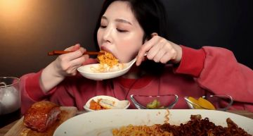 BOKI大胃王形象破滅!網抓包「正妹吃播」影片一手勢:根本假吃!
