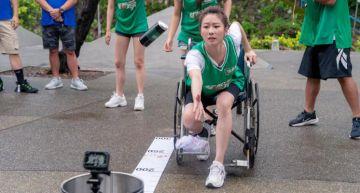 「韌帶撕裂」照樣坐輪椅上工!張景嵐硬撐到錄影結束才就醫 醫生看診臉垮!