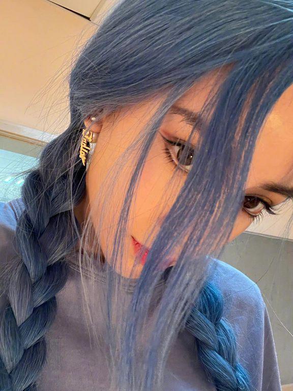 原來很有料!Angelababy罕曝「精靈藍髮造型」 大秀半球辣翻網!