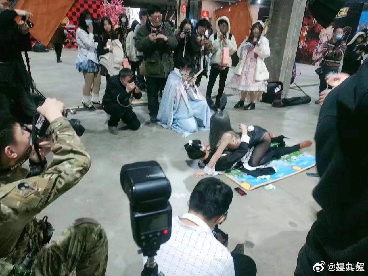 雙腿扛肩上!漫展coser「大玩火辣體位」 網崩潰:還我麻衣學姊!