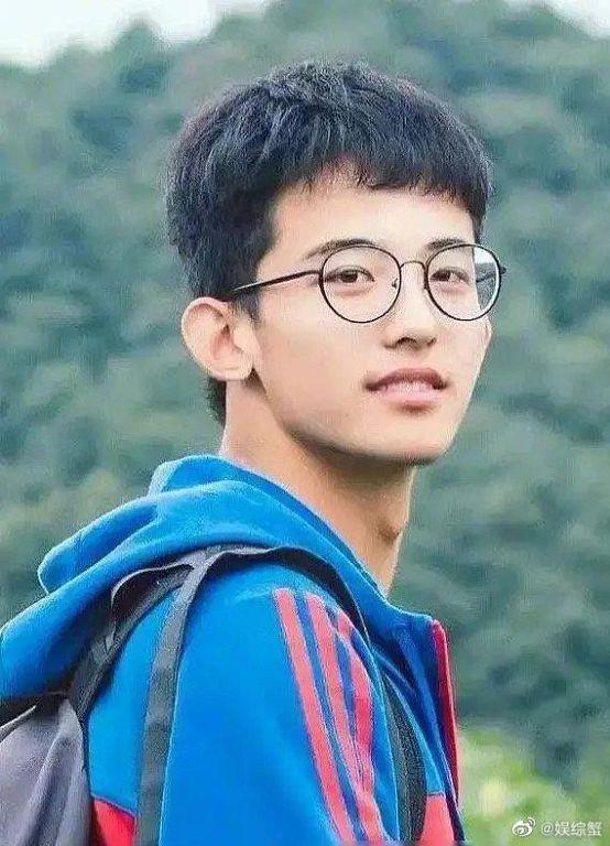 平頭宅男→帥氣偶像!《青你3》選手「舊照曝光」 網:男大十八變!
