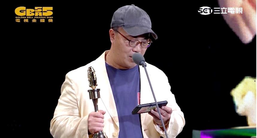 金鐘55/節目創新獎雙蛋黃!領獎人「手機太搶眼」 網:根本業配悠遊卡!