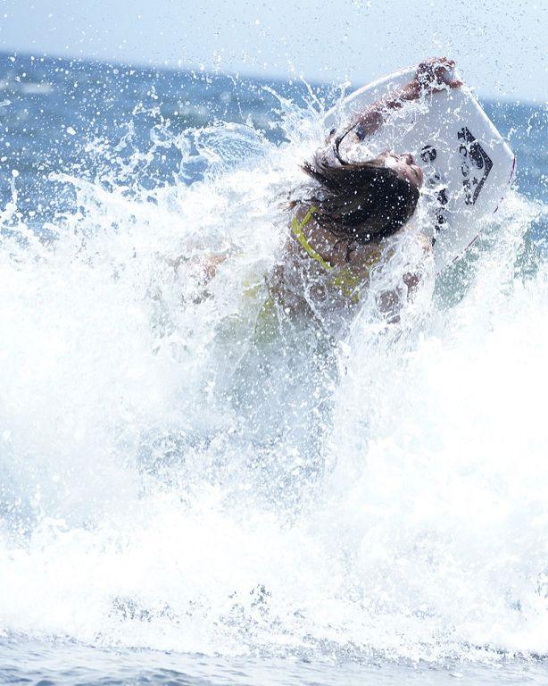 趴在衝浪板上旋轉!大浪一來「正妹成焦點」 網神出本尊:是偶像