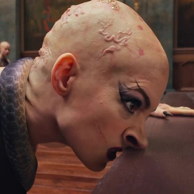 光頭造型曝光!安海瑟薇「嘴裂到臉頰」頭冒青筋 網全看歪