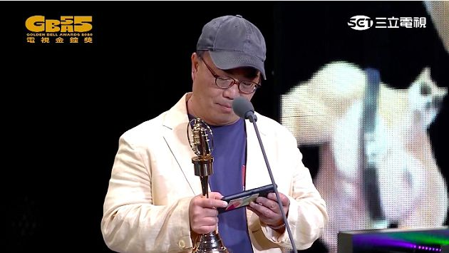 金鐘55/節目創新獎雙蛋黃!領獎人「手機太搶眼」 網:根本葉配悠遊卡!