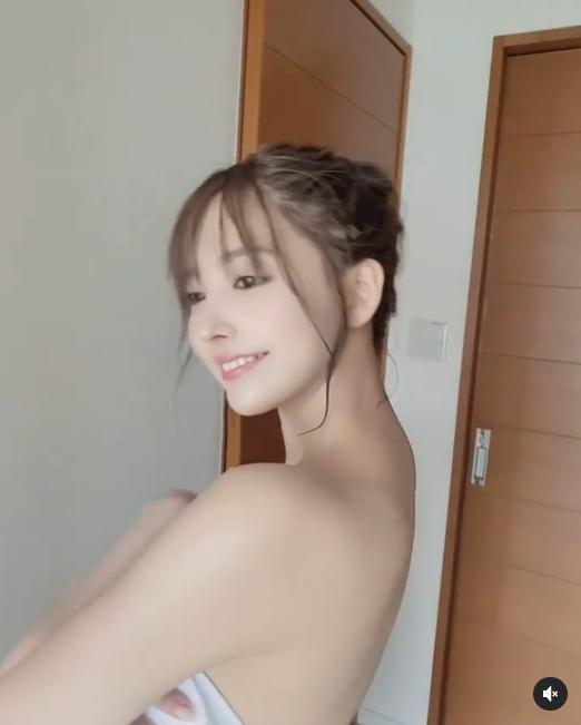 鏡頭突然拍攝!三上悠亞「單圍浴巾」完全不慌 甜蜜燦笑曝光