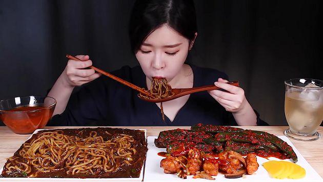 直接嗑辣椒!韓正妹「大胃王」每餐大辣 網憂:身體撐不住