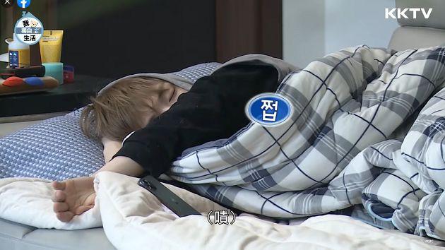 超宅!姜丹尼爾「昏睡模樣」曝光:滑著手機就睡著了
