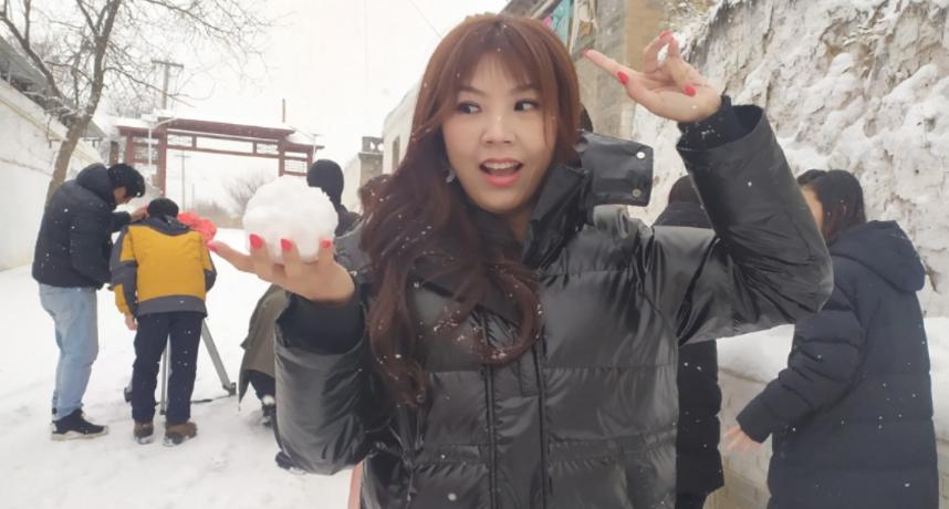 劉樂妍在微博上不滿寫下:「以前我住在台北市,我也覺得我好可憐,因為台灣所有的水果到了台北市都變得好貴」,更表示在台北買兩顆蘋果的價格,在中國可以買到「一箱」花牛蘋果。  此外她也抱怨台灣的「雞蛋」太貴:「台灣一顆生雞蛋超市裡賣兩塊多人民幣,現在我跟小狗來到大陸,我的小狗天天每個人都有一顆蛋」,此外更強調自己跟愛犬們可以吃水果吃到飽。  為了強調中國的物價,劉樂妍也不斷強調:「平常時候小狗在大陸都吃蘋果,可以管飽」、「前陣子囂張的時候,小狗都吃櫻桃跟草莓吃到跌倒」  劉樂妍表示相較於台灣的水果,他認為即使是稍微貴一點,品質也比台灣好,價格上也更便宜。最後還不忘怒轟:「就一直不懂台灣人收入低,消費高,到底在爽什麼?」  此言引起不少中國網友好奇,有人訊問:「台灣是熱帶地區,不是盛產各種水果嗎?」,而劉樂妍則回覆:「就算盛產也輪不到窮人吃」,但也有不少網友趁機揶揄近日的「鳳梨」禁止進口事件:「今年台灣鳳梨很便宜,窮人有水果吃了」、「台灣人也可以吃鳳梨吃到跌倒了」。
