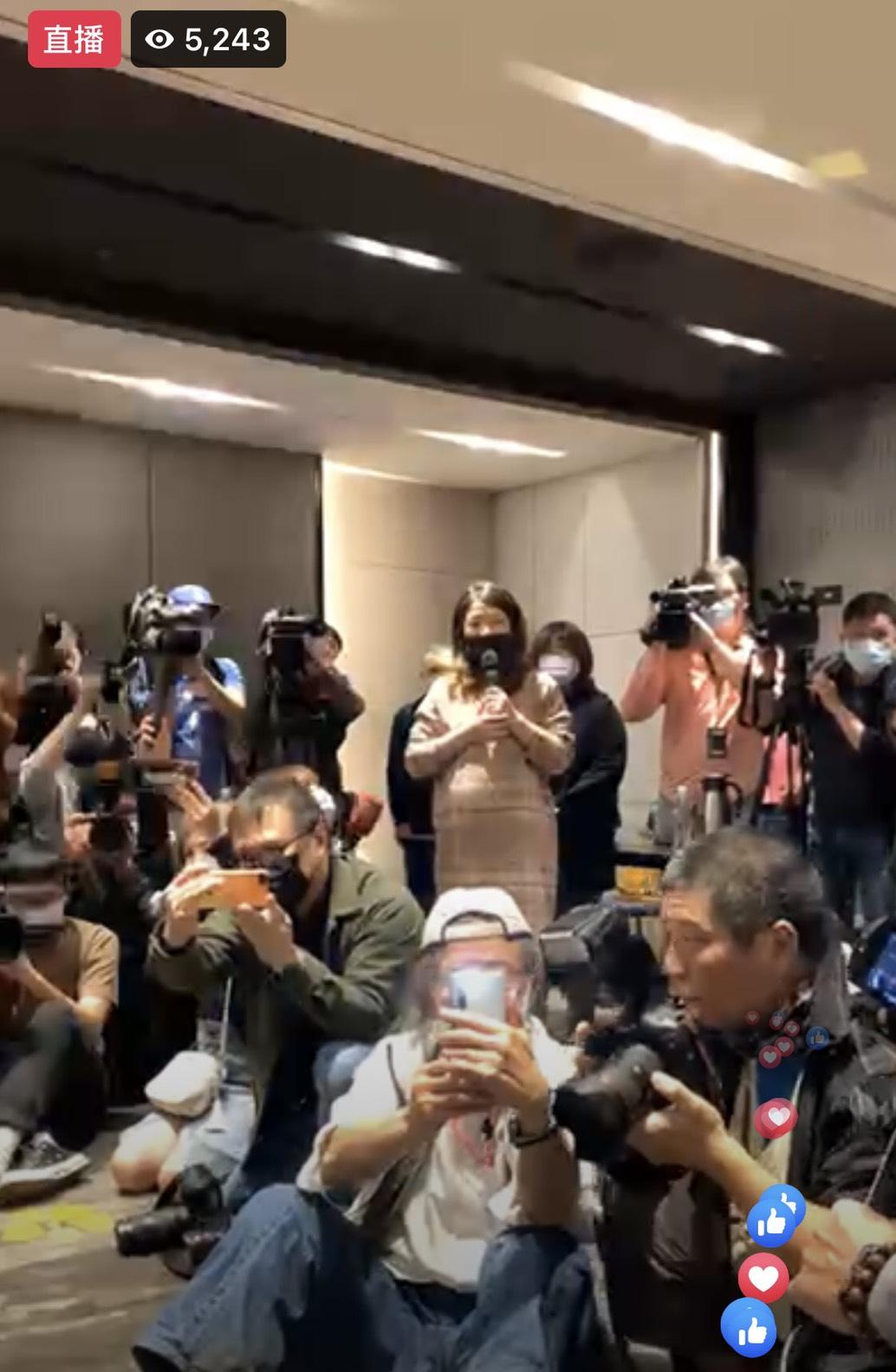 雞排妹4日晚間在自己的FB上放話將會出席「翁立友」記者會,而今日她也十分準時的在下午2點鐘就抵達現場。  但豪記唱片發言人卻堅持,若雞排妹不離開,說明會將不會舉行,甚至還拜託所有在現場的記者媒體幫忙趕人。  獨自一人前往的雞排妹則坐在現場,開啟手機直播表示:「我們兩個都是當事人,為什麼不能面對面說」,並聲明自己不會發表任何言論,尊重這是「對方的說明會」。   經過大約40分鐘的僵持後,豪記唱片表示今日記者會先行取消,說明會將改由「線上直播」的方式舉行,而雞排妹聽聞後也終於起身離開。  不料雞排妹前腳一走,翁立友就立即現身開啟說明會,並再三澄清自己「絕對沒有」性騷擾雞排妹,其律師也表示相關事件也已進入法律程序,將用司法力證翁立友清白。  但萬萬沒想到雞排妹得知翁立友出席後,立刻搭車返回現場,但卻被工作人員阻擋在門外,直至翁立友離開前都未能見到他。  最後面對記者的採訪,雞排妹面露無奈說道:「為什麼不敢跟我見面」、「對方之前就說要放影片佐證,為什麼這麼多天了都還沒放出來」、「影片中可以看到他確實有改歌詞,有說要幫我開公司的話!」  面對此次宛如八點檔般的鬧劇,觀眾紛紛抱持著相當兩幾的看法,有人力挺翁立友:「人家不是不敢見你,是不想」、「害怕見到你又要被你說性騷擾」、「不請自來,打亂大家行程有比較好嗎」  但也有網友力挺雞排妹:「對方為何不敢正面對決,心虛嗎?」、「翁講了半天感覺完全沒講到重點」、「雞排妹敢一人前往也是真的很勇敢了」、「承受這麼大的壓力都敢要去,可能真的有隱情」。