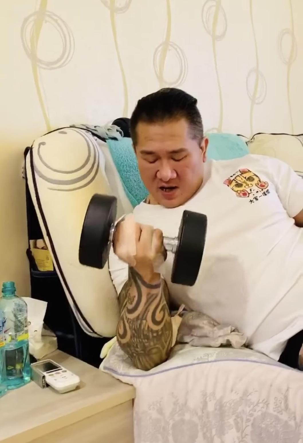 日前館長也十分努力復健,常常在網路上PO出許多健身影片,更盼望自己能早日恢復前水準。而警方經調查後,也逮回「竹聯幫寶和會」多名幹部以及會長審訊。