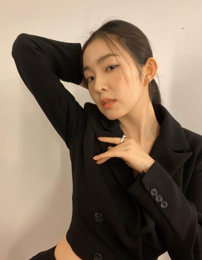 一名韓國知名造型師在IG上發文寫下:「我在陌生的房間裡,度過了地獄般的20分鐘」,並公布了Irene對他說出的所有惡毒字眼,讓她當下忍不住委屈落淚,不明白自己為何要受到這樣的屈辱。  事後Irene也終於在IG道歉寫下:「因為我愚蠢的態度和輕率的言行傷害了造型師們的心靈,在此真心地表示歉意。多虧許多人的幫助我才能走到今天的位置,但是因為我不成熟的行為給大家帶來了很大的傷害,對此我正在後悔和反省。」  而該名化妝師也表示自己的目的僅是希望Irene也能向自己的助理道歉,並保證以後不會再對其他人做出同樣的事,因此也將先前爆料的文章刪除。  時隔3個月,Irene昨日在官方粉絲團Lysn上又再一次的發文道歉,表示自己已深刻反省過去的行為,也對那些被傷害的人感到內疚,希望未來的自己不會再讓大家失望。  雖然字句誠懇,但卻有相當多網友不願買單,認為Irene是不是為了回歸才道歉,希望能藉此洗白重博粉絲歡心:「臨時抱佛腳,呵呵」、「確定是真的在反省了嗎?」、「好厲害的操作啊」、「早知當初何必如此」。