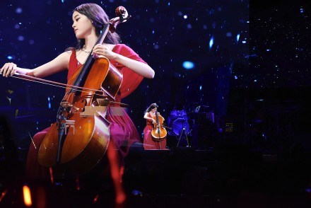 上海巡迴音乐会欧阳娜娜礼服肩带滑落!胸下大片走光,全网疯传无码照