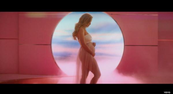 快訊/和泰勒絲和好後「凱蒂佩芮」再爆喜訊!MV彩蛋曝孕肚 甜認:是弓箭手的孩子