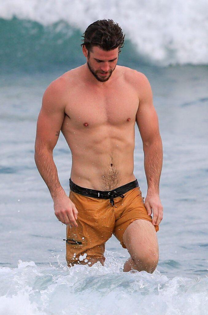 「雷神」漢斯沃兄弟海邊又被拍!「性感翹臀、下面腫一包」引女粉暴動:裝水球?