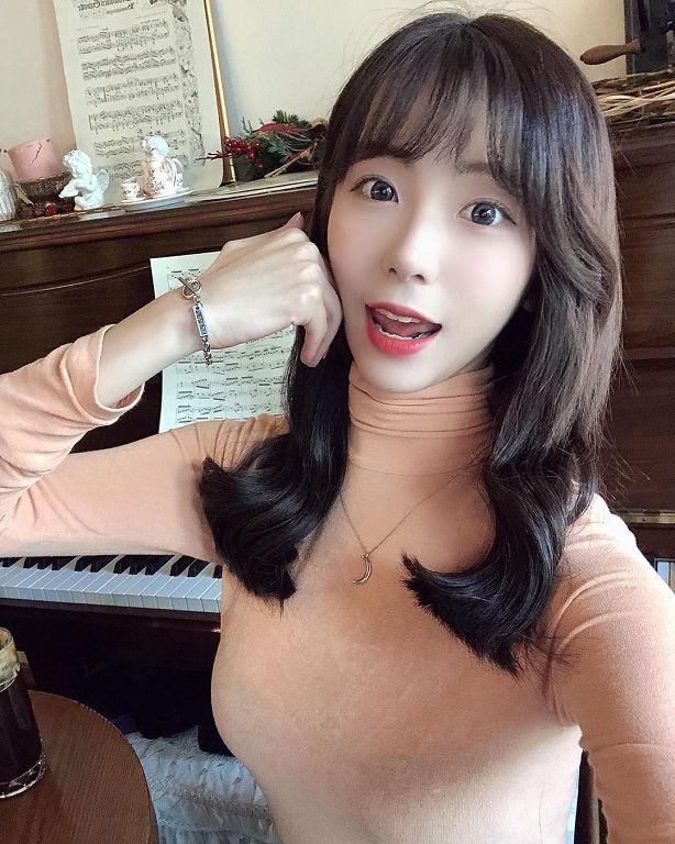 韓國正妹「太兇猛」!比基尼完全包不住:捧相機對鏡頭甜笑