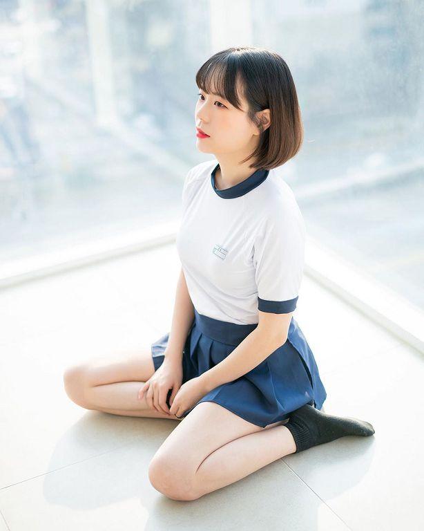 衣領太低!韓國正妹「一彎腰」胸前陰影直曝光 網:沒穿內內