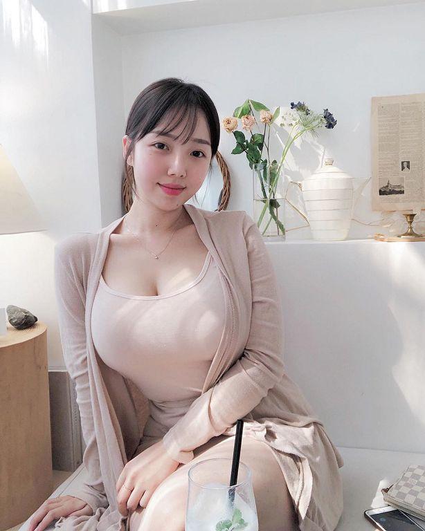韓國咖啡廳店員「太兇」!IG曝光「比基尼包不住」:看起來好軟~