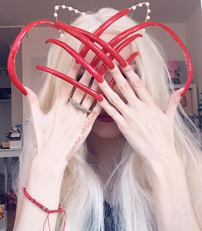六年都沒剪過!18歲網紅「指甲超過15公分」 網嚇歪:超像巫婆