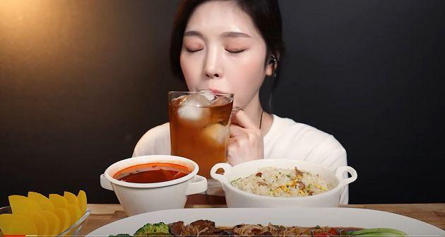 大胃王形象破滅!網抓包「正妹吃播」影片一手勢:根本假吃!